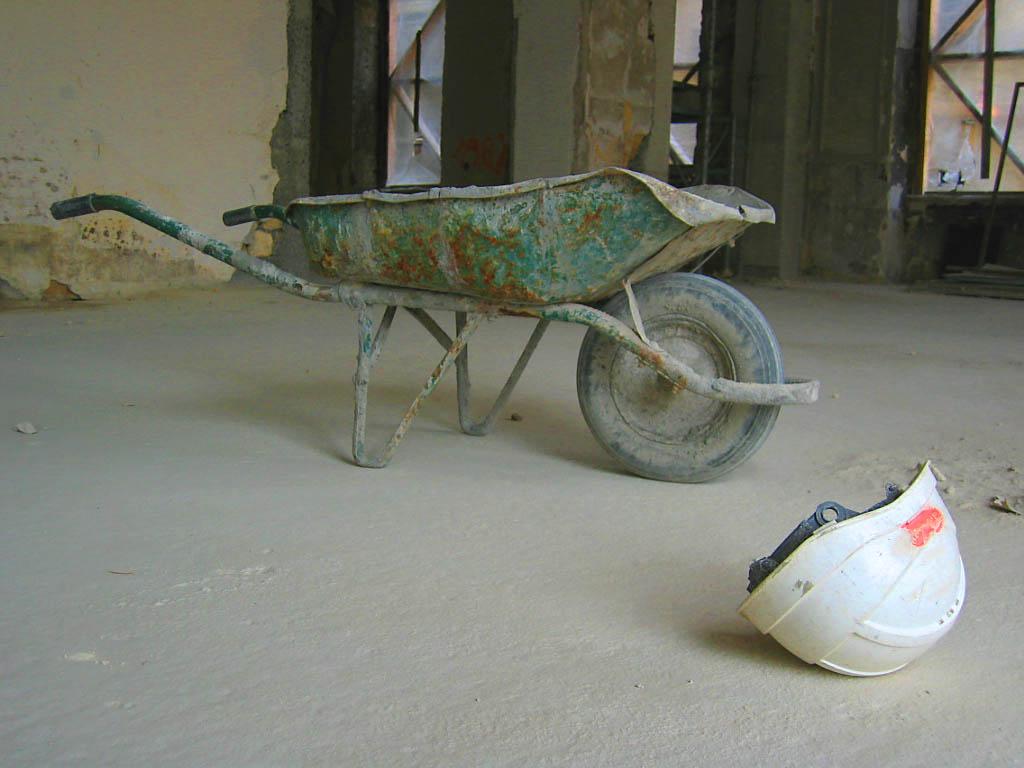 Brouette et casque de chantier