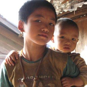 Jeune garçon portant son frère