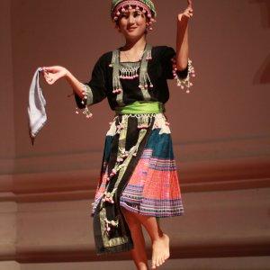 Danseuse habillée en Hmong à Vientiane