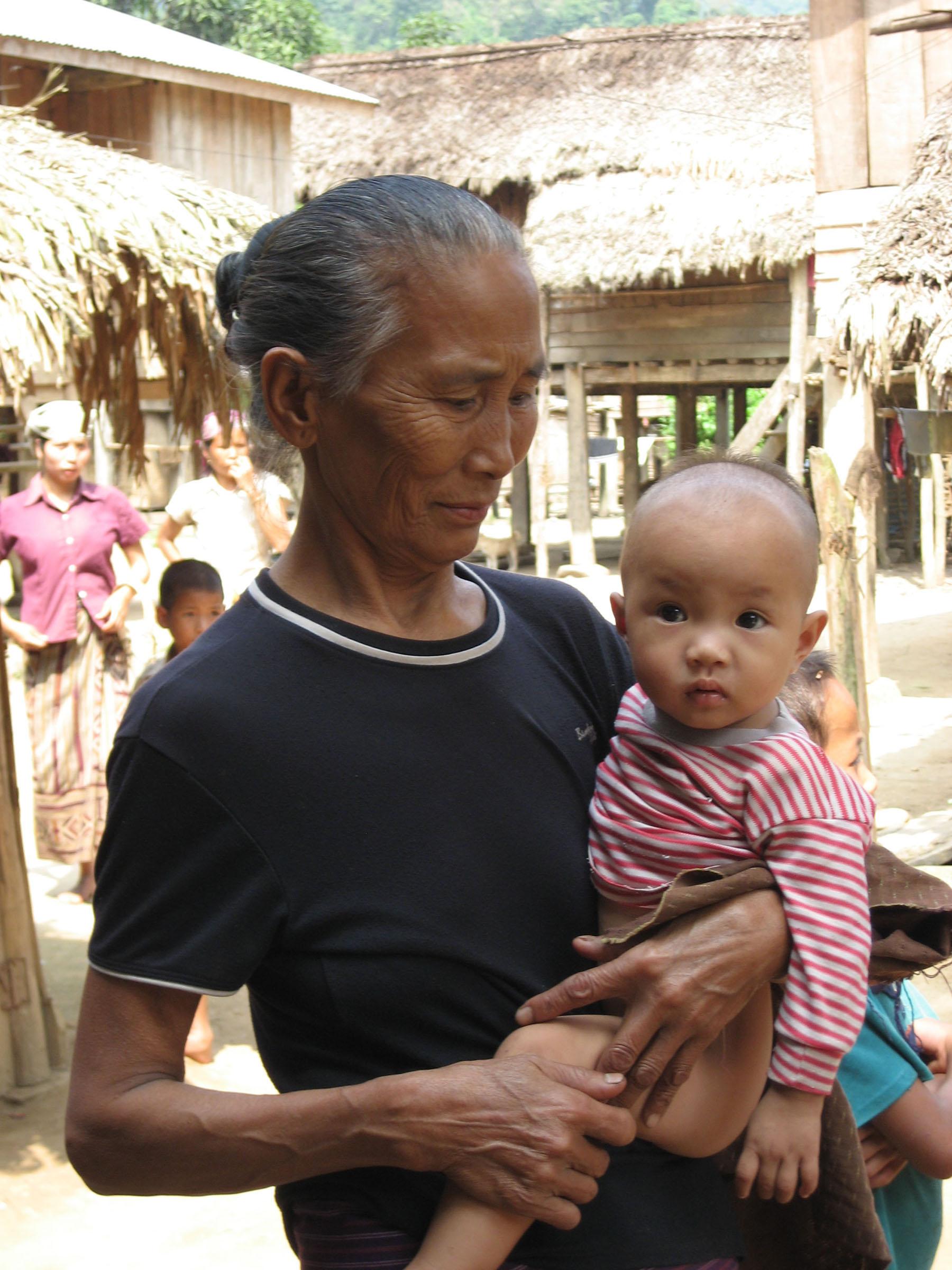 Grand-mère portant sa petite-fille