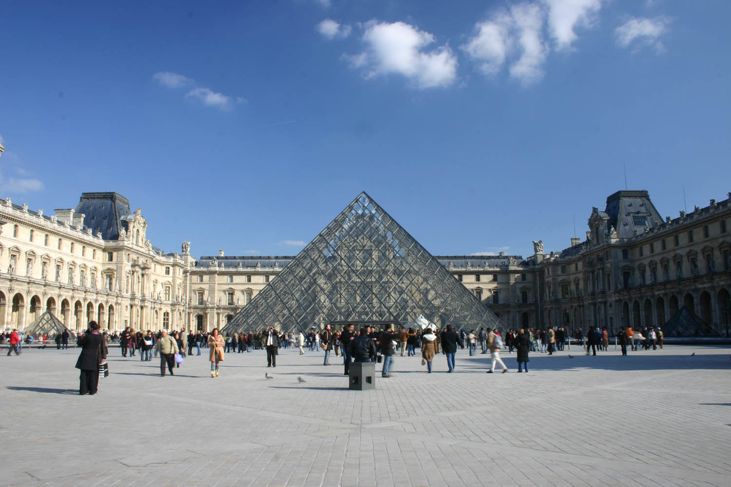 pyramide du louvre sur freemages. Black Bedroom Furniture Sets. Home Design Ideas
